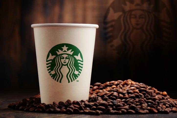 Zusammensetzung mit Tasse Starbucks Kaffee und Bohnen